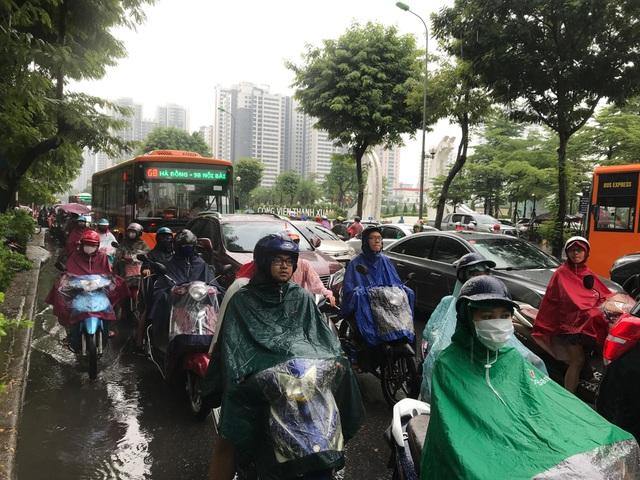 Hà Nội mưa lớn từ sáng sớm, nhiều tuyến phố ngập lụt, ách tắc - 7