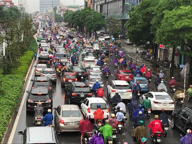 Hà Nội mưa lớn từ sáng sớm, nhiều tuyến phố ngập lụt, ách tắc - 10