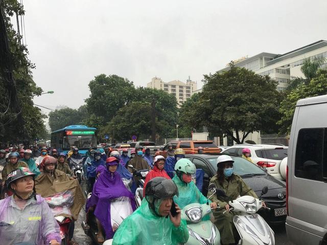 Hà Nội mưa lớn từ sáng sớm, nhiều tuyến phố ngập lụt, ách tắc - 6