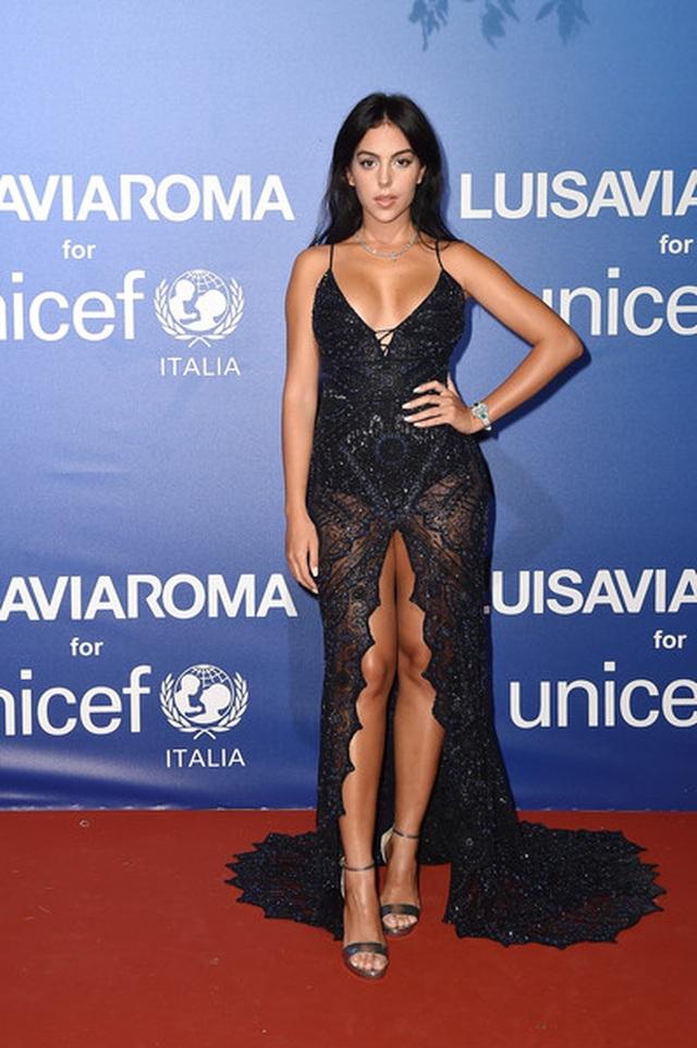 Bạn gái Ronaldo nổi bật tại tuần lễ thời trang Milan - 8