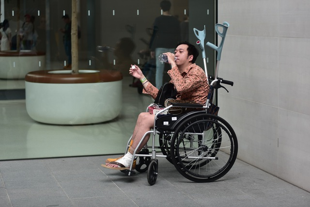 Fan ruột của Apple ngồi xe lăn vẫn đi ngàn km đến Singapore săn iPhone 11 - 1