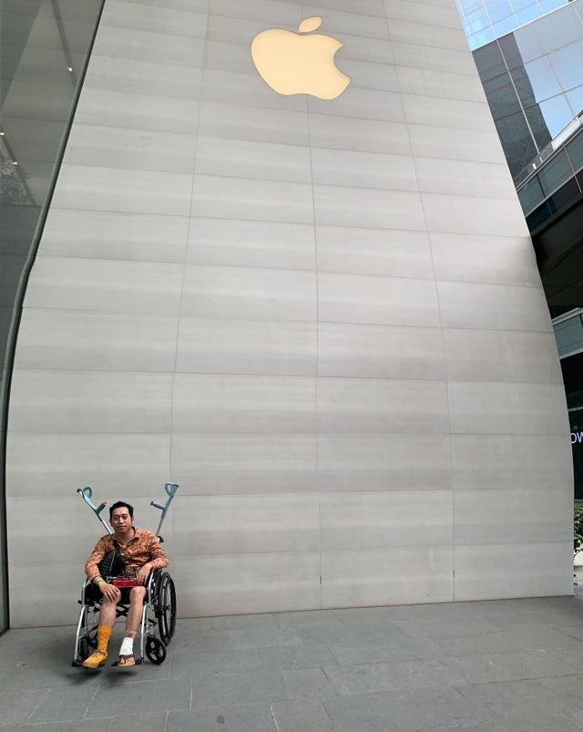 Fan ruột của Apple ngồi xe lăn vẫn đi ngàn km đến Singapore săn iPhone 11 - 3