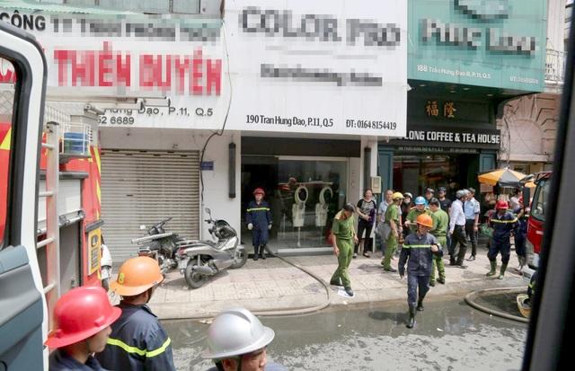 Cảnh sát giải cứu 3 người trong vụ cháy nhà 5 tầng ở Sài Gòn - 1
