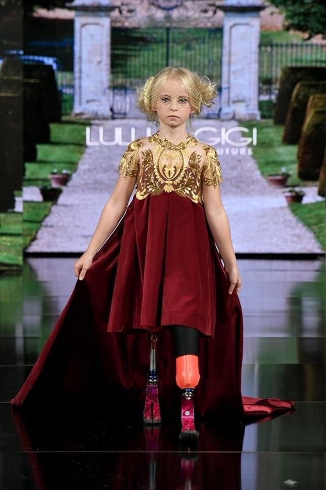 Siêu mẫu không chân 9 tuổi tự tin sải bước trên Tuần lễ thời trang New York - Ảnh minh hoạ 3