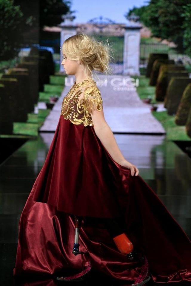 Siêu mẫu không chân 9 tuổi tự tin sải bước trên Tuần lễ thời trang New York - Ảnh minh hoạ 2