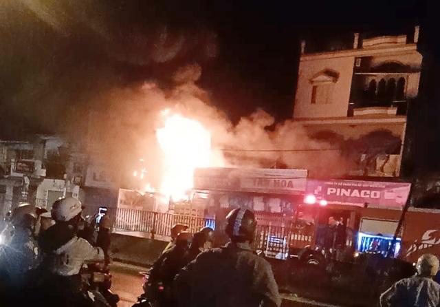 Cảnh sát giải cứu 3 người trong vụ cháy nhà 5 tầng ở Sài Gòn - 3