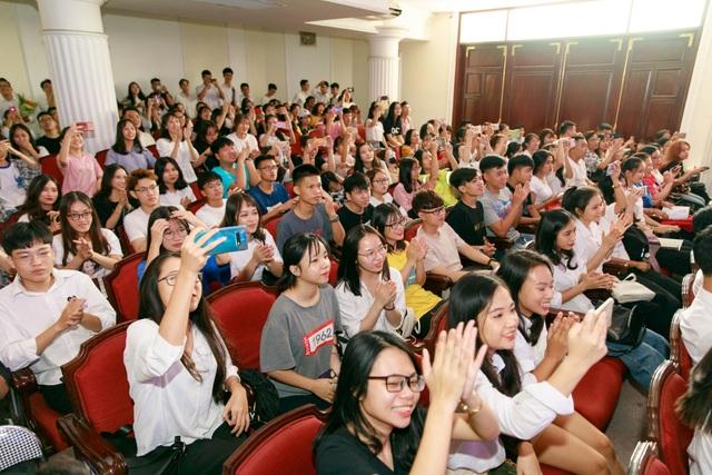 Nhiều giáo sư, phó giáo sư nhảy flashmob với sinh viên trong lễ khai giảng - 3