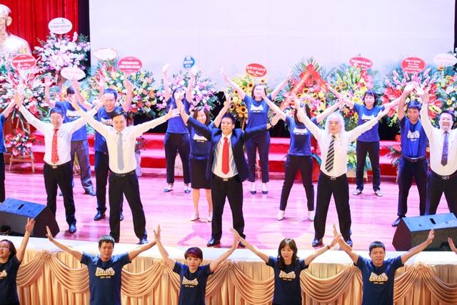 Nhiều giáo sư, phó giáo sư nhảy flashmob với sinh viên trong lễ khai giảng - 2