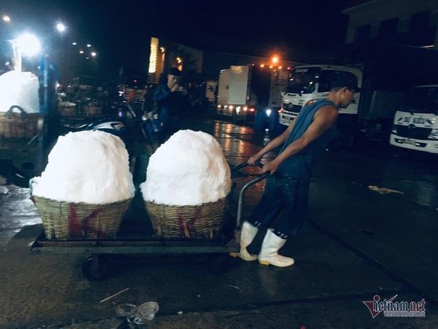 Vác đá lạnh xuyên đêm, anh công nhân phấn khởi nhận 400 ngàn đồng - 9