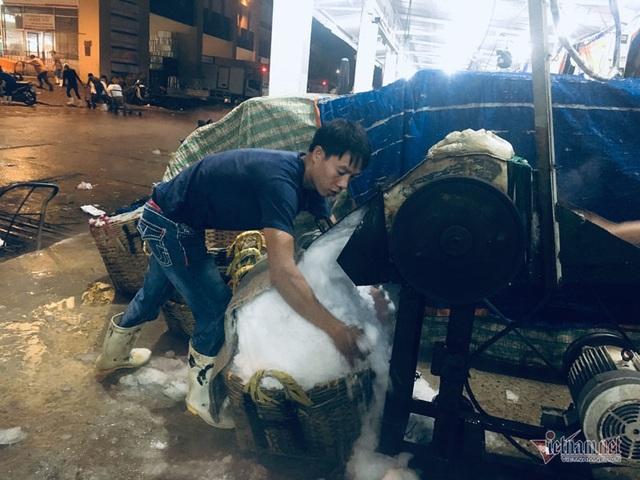 Vác đá lạnh xuyên đêm, anh công nhân phấn khởi nhận 400 ngàn đồng - 3