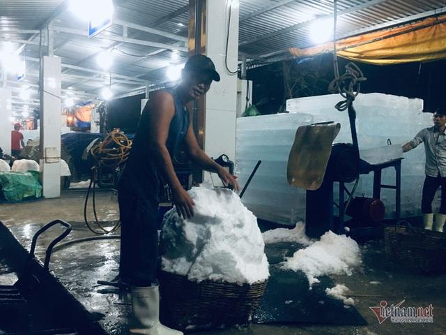 Vác đá lạnh xuyên đêm, anh công nhân phấn khởi nhận 400 ngàn đồng - 5