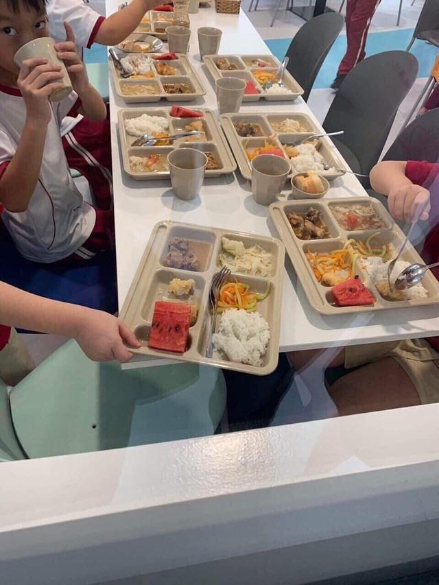 Phụ huynh trường quốc tế bật khóc nhìn suất ăn của con - 4