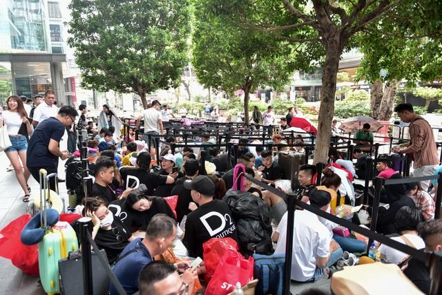 Người Việt tại Singapore kiếm bộn tiền nhờ xếp hàng thuê, làm