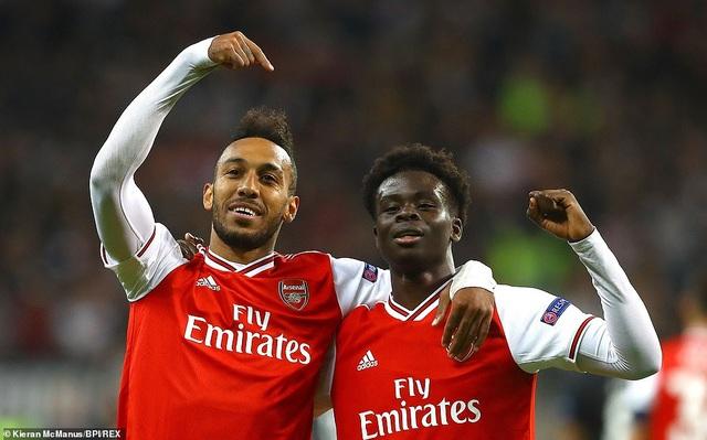"""Arsenal thắng đậm Frankfurt, MU chật vật vượt qua """"tí hon"""" - 2"""