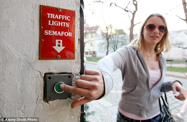 Con phố hẹp tới mức hai người không thể lách qua, phải lắp đèn giao thông tránh ách tắc - 2