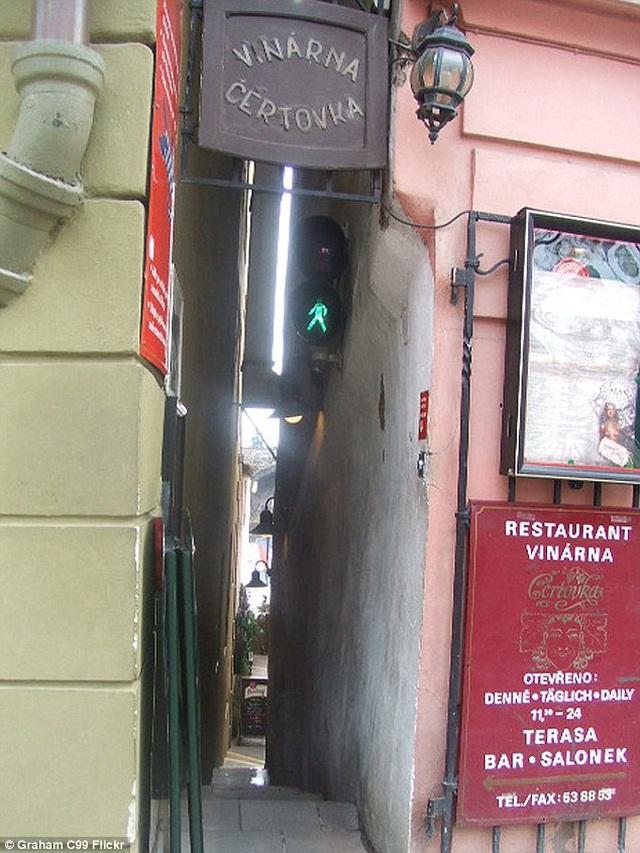 Con phố hẹp tới mức hai người không thể lách qua, phải lắp đèn giao thông tránh ách tắc - 3