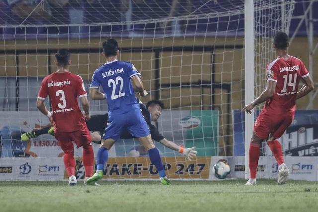 """Trọng tài """"bẻ còi"""", Viettel thắng Bình Dương sau trận cầu tranh cãi - 1"""