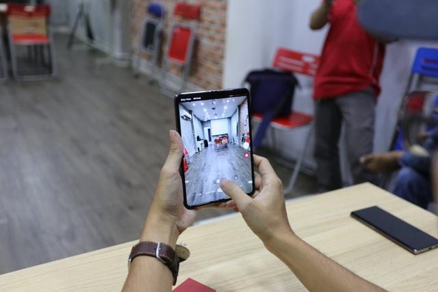 Cận cảnh smartphone màn hình gập Galaxy Fold đầu tiên về Việt Nam - 3