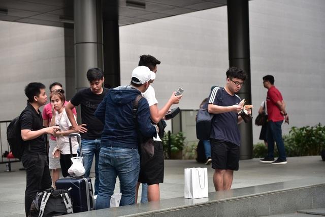 Trước cửa Apple Store: Tấp nập cảnh sang tay iPhone 11, cò kè mặc cả như chợ giời - Ảnh minh hoạ 3