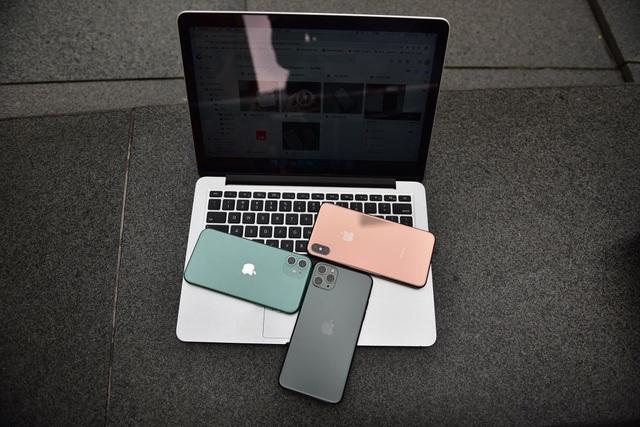 Trước cửa Apple Store: Tấp nập cảnh sang tay iPhone 11, cò kè mặc cả như chợ giời