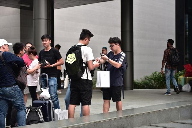 Trước cửa Apple Store: Tấp nập cảnh sang tay iPhone 11, cò kè mặc cả như chợ giời - Ảnh minh hoạ 2