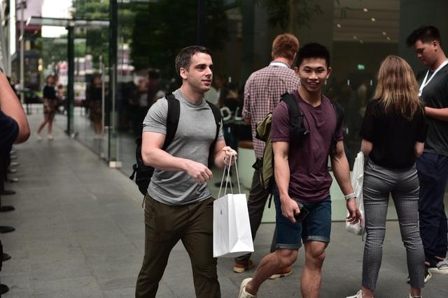 Trước cửa Apple Store: Tấp nập cảnh sang tay iPhone 11, cò kè mặc cả như chợ giời - Ảnh minh hoạ 6