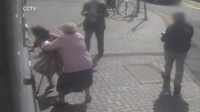 Cụ bà 81 tuổi dũng cảm đánh lại kẻ cướp lương hưu ngay tại cây rút tiền - Ảnh minh hoạ 2