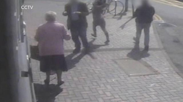 Cụ bà 81 tuổi dũng cảm đánh lại kẻ cướp lương hưu ngay tại cây rút tiền - Ảnh minh hoạ 3