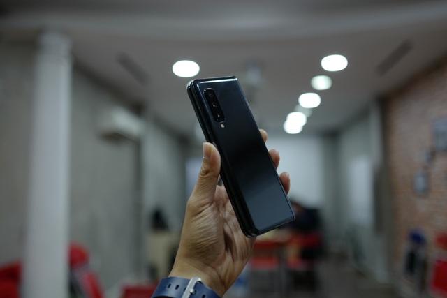 Cận cảnh smartphone màn hình gập Galaxy Fold đầu tiên về Việt Nam - 1