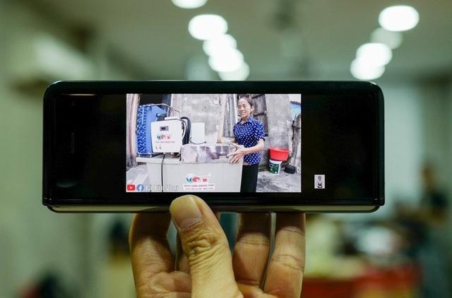Cận cảnh smartphone màn hình gập Galaxy Fold đầu tiên về Việt Nam - 11