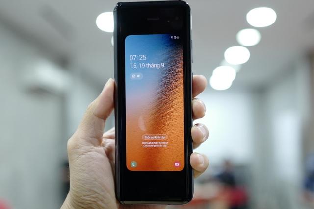 Cận cảnh smartphone màn hình gập Galaxy Fold đầu tiên về Việt Nam - 2