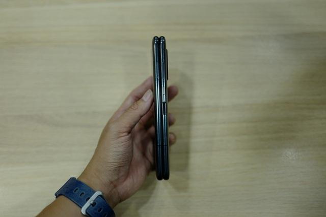 Cận cảnh smartphone màn hình gập Galaxy Fold đầu tiên về Việt Nam - 5