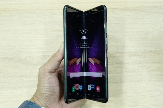 Cận cảnh smartphone màn hình gập Galaxy Fold đầu tiên về Việt Nam - 8