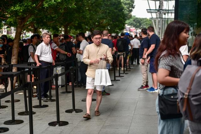 Trước cửa Apple Store: Tấp nập cảnh sang tay iPhone 11, cò kè mặc cả như chợ giời - Ảnh minh hoạ 8