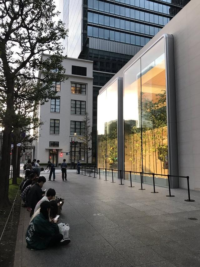 Như một thói quen, khắp nơi trên thế giới người mua hàng lại nai lưng xếp hàng chờ iPhone 11 - 7