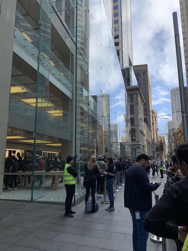 Như một thói quen, khắp nơi trên thế giới người mua hàng lại nai lưng xếp hàng chờ iPhone 11 - 9
