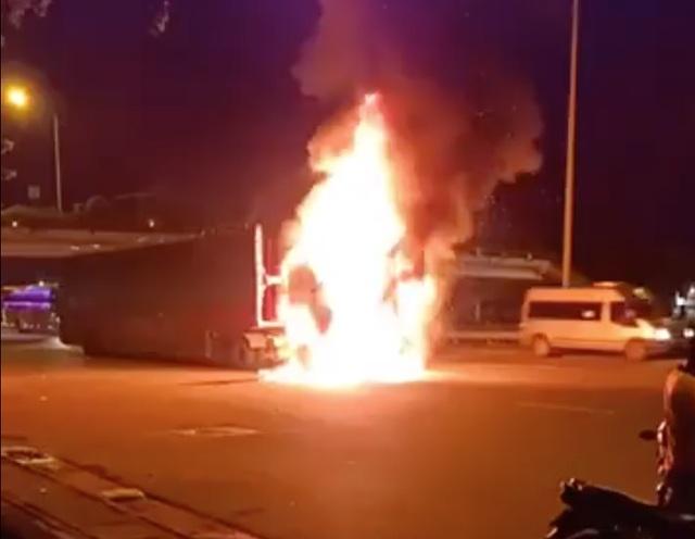 Xe đầu kéo lôi xềnh xệch xe máy suốt 2km rồi bốc cháy ngùn ngụt - 1