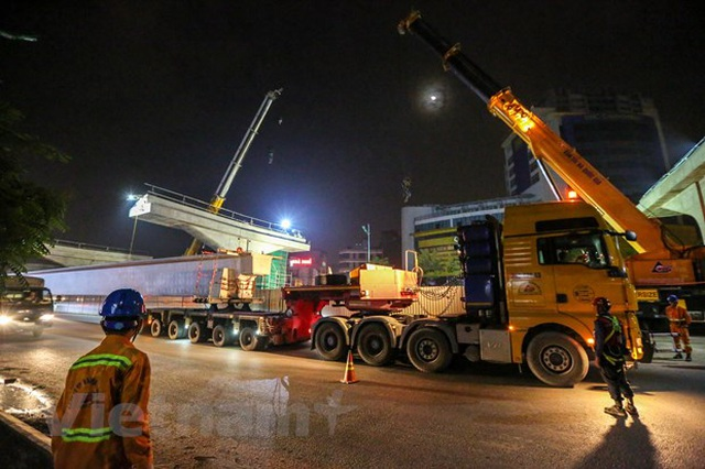 Hà Nội: Công nhân trắng đêm lao dầm xây cầu cạn vành đai 3 - 1