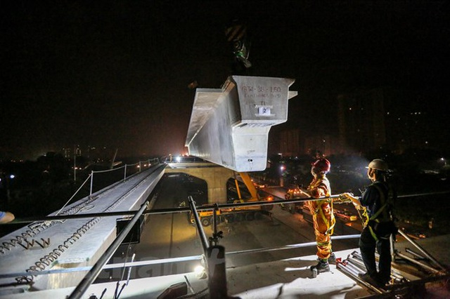 Hà Nội: Công nhân trắng đêm lao dầm xây cầu cạn vành đai 3 - 10