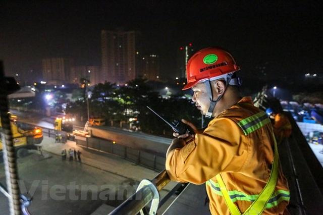 Hà Nội: Công nhân trắng đêm lao dầm xây cầu cạn vành đai 3 - 11