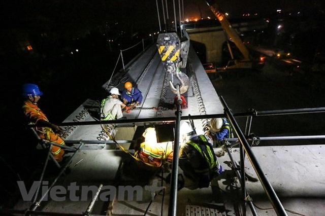 Hà Nội: Công nhân trắng đêm lao dầm xây cầu cạn vành đai 3 - 12