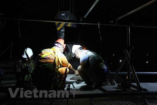 Hà Nội: Công nhân trắng đêm lao dầm xây cầu cạn vành đai 3 - 13