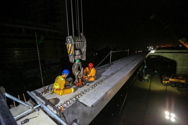 Hà Nội: Công nhân trắng đêm lao dầm xây cầu cạn vành đai 3 - 14