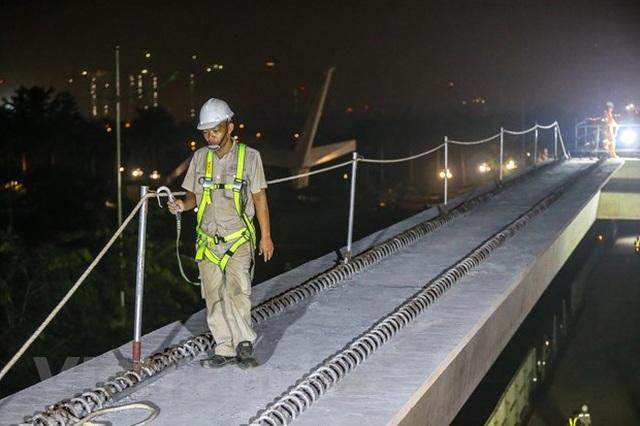 Hà Nội: Công nhân trắng đêm lao dầm xây cầu cạn vành đai 3 - 15
