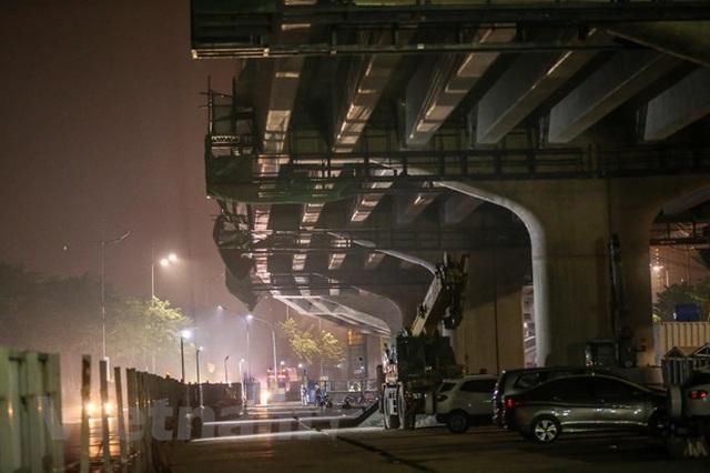 Hà Nội: Công nhân trắng đêm lao dầm xây cầu cạn vành đai 3 - 16