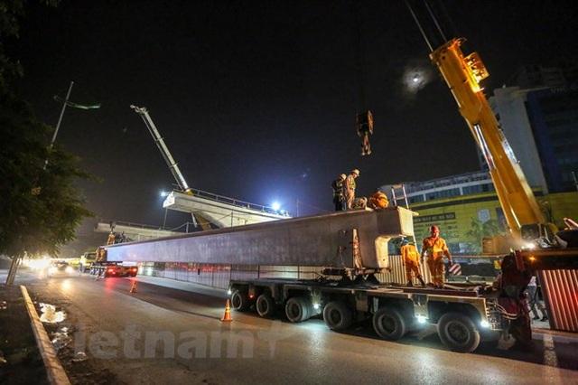 Hà Nội: Công nhân trắng đêm lao dầm xây cầu cạn vành đai 3 - 2
