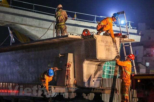 Hà Nội: Công nhân trắng đêm lao dầm xây cầu cạn vành đai 3 - 3