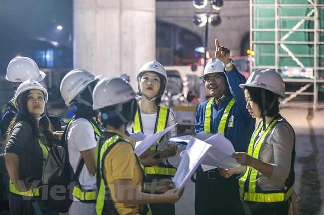 Hà Nội: Công nhân trắng đêm lao dầm xây cầu cạn vành đai 3 - 4