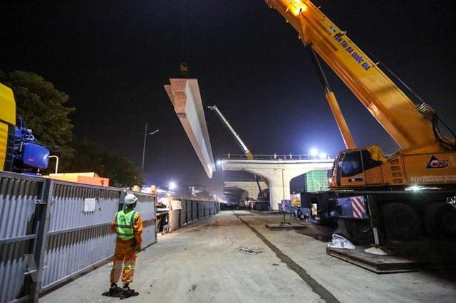 Hà Nội: Công nhân trắng đêm lao dầm xây cầu cạn vành đai 3 - 5