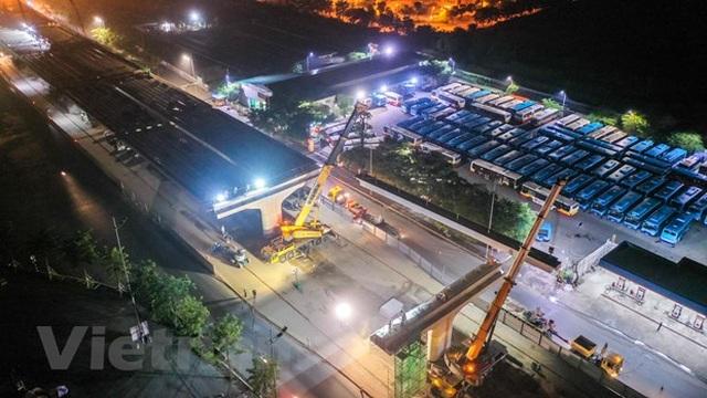 Hà Nội: Công nhân trắng đêm lao dầm xây cầu cạn vành đai 3 - 6